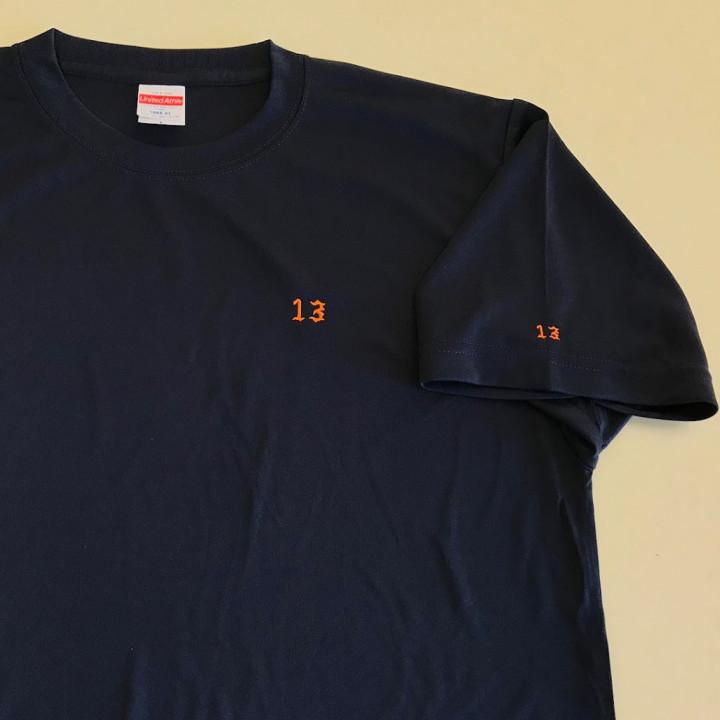 Tシャツ<br>【ネーム刺繍:オールドイングリッシュ体】<br>左胸、左袖・1文字1.5cm、1cm